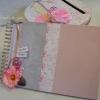 Urne et livre rose et gris