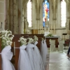 Décoration  d'église avec du tulle et gypsophile