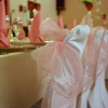 Housses de chaises et noeuds roses tendres