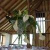 Préparatifs de décoration des vases martini en fleurs naturelles