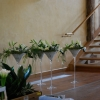 Préparatifs des fleurs naturelles en vase martini