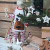 Enfant découvrant les cadeaux de Noël