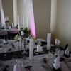 Les tables carrées sur les côtés de la salle