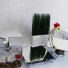 Buffet printanier avec fausse herbe et gerbéra