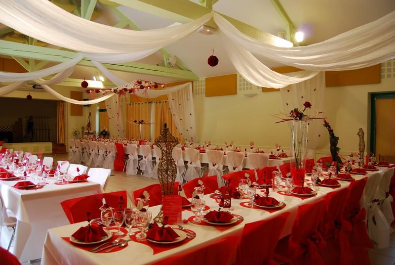 ... rouges en bois et pétales pour un a nniversaire de mariage blanc et