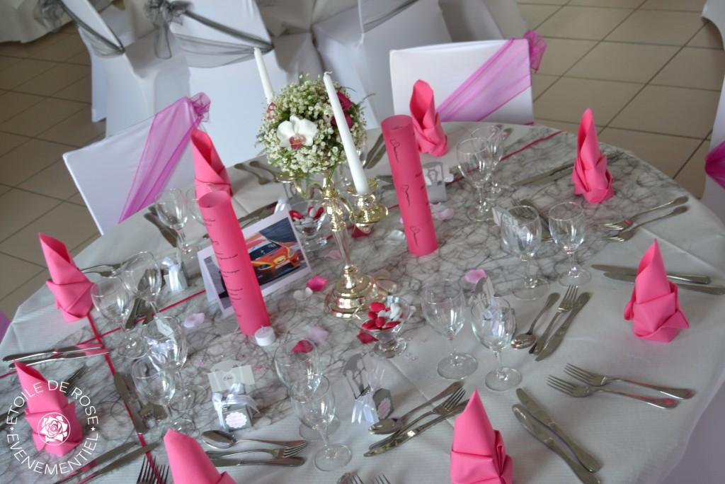 Décoration de table fuchsia gris blanc avec chandelier