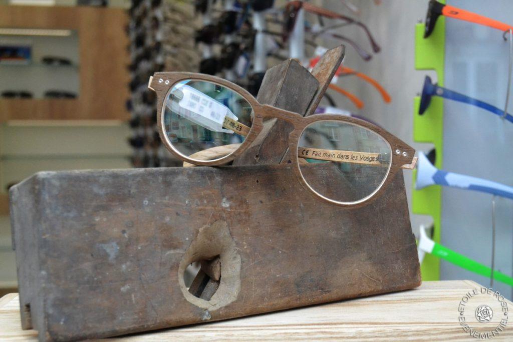 Décoration de vitrine opticien, Lunettes en bois
