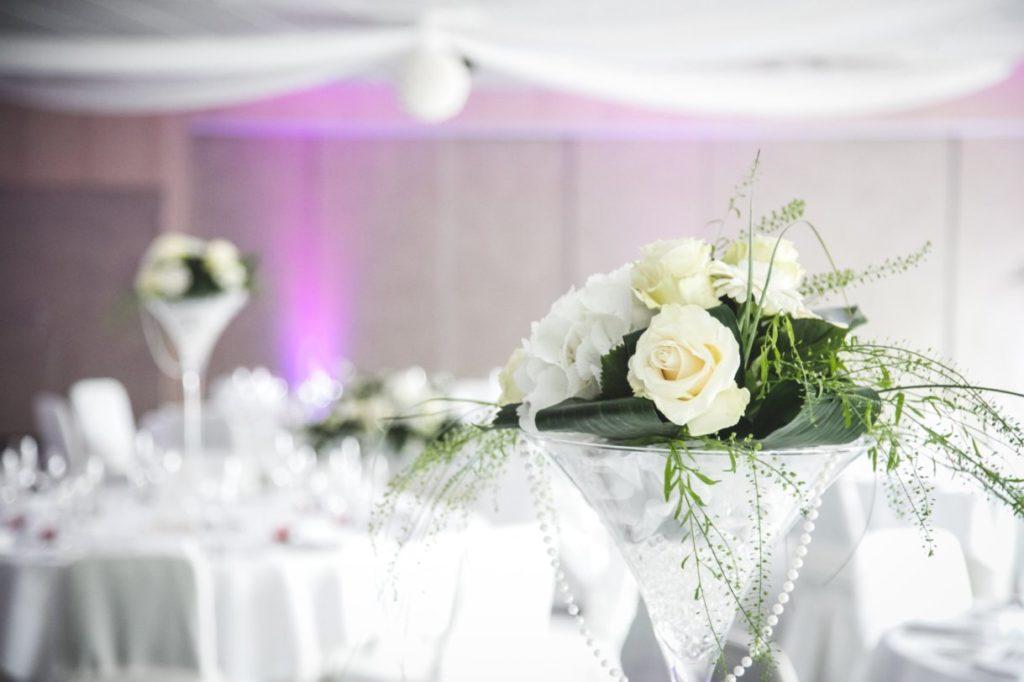 Vase martini fleurit avec guirlande de perles