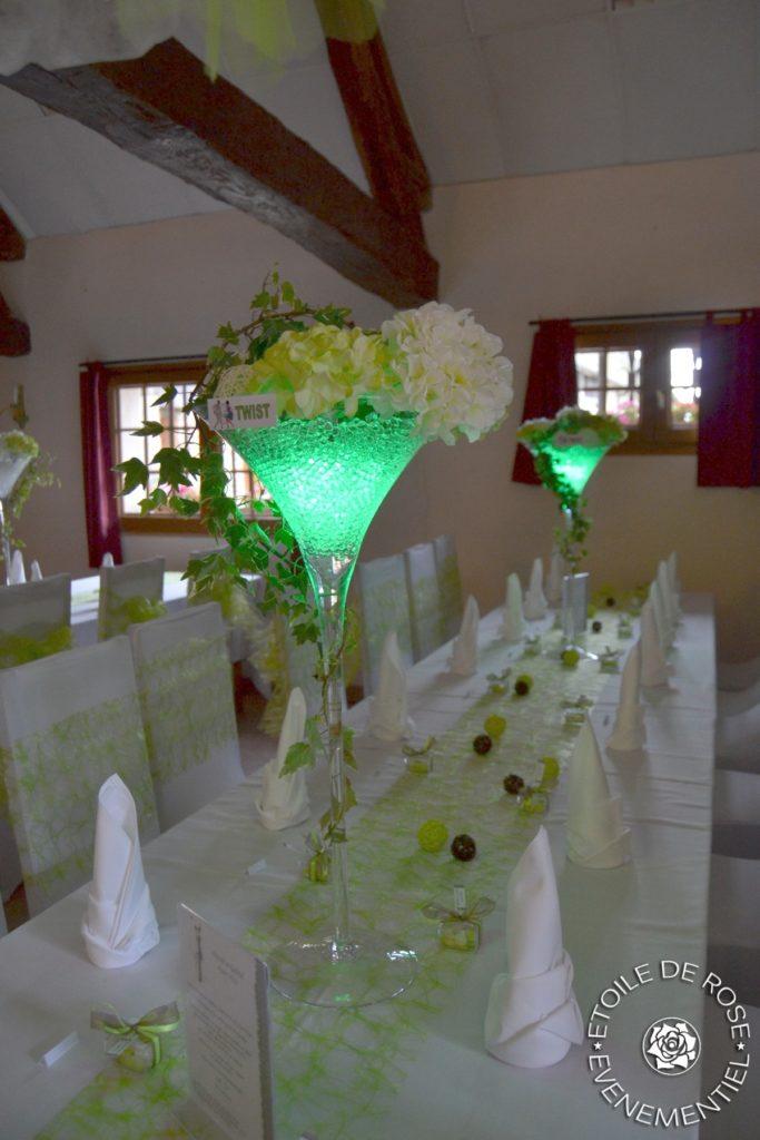 Vase martini avec fleurs artificielles